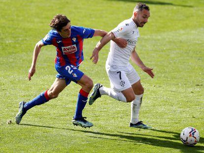 Ferreiro trata de regatear a Bryan Gil este sábado en Ipurúa en el partido entre el Eibar y el Huesca.