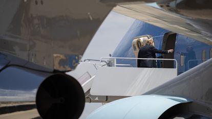 Donald Trump aborda el avión presidencial, este jueves en Maryland, EE UU.