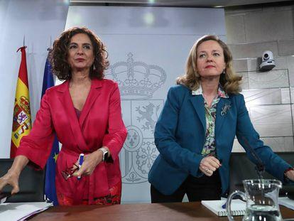 La ministra de Hacienda, María Jesús Montero (izquierda), y la vicepresidenta Nadia Calviño.
