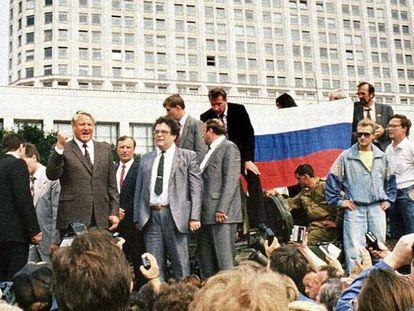 El presidente ruso, Boris Yeltsin, de pie encima de un vehículo militar ante del edificio de la Federación Rusa, en una imagen del 19 de agosto de 1991. A sus espaldas, unos sostenedores sostienen una bandera de la federación. Yeltsin se dirige a la moltitud para fomentar una huelga general tras el golpe de Estado en contra del líder soviético Mijaíl Gorbachov. En vídeo, imágenes de cómo se vivió el golpe de Estado hace 30 años en la URSS.
