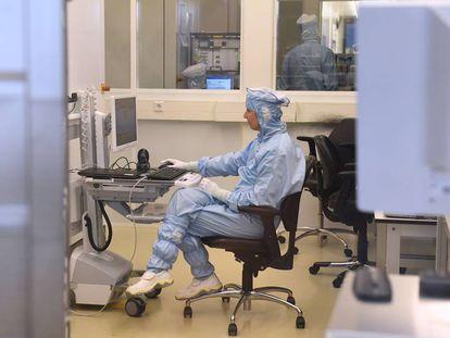 Un empleado trabaja en un laboratorio de la compañía holandesa de equipos de semiconductores ASML