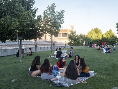 Varios grupos de jóvenes en Madrid Río, a la altura de Matadero la tarde del viernes 18 de julio.