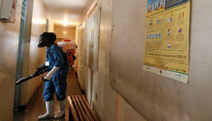 El voluntario Robert Okubo, fumiga con desinfectante una comisaría de policía en Kasarani, Nairobi, para reducir el riesgo de contagio por coronavirus el 15 de mayo de 2020.