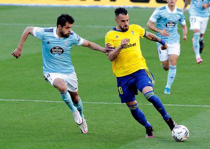 Araújo lucha por el balón con Negredo, durante el encuentro de este domingo en el estadio Ramón de Carranza.