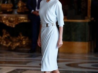 La reina Letizia, vestida con un diseño de María Barragán, durante la recepción en el Palacio Real el 12 de octubre de 2021.