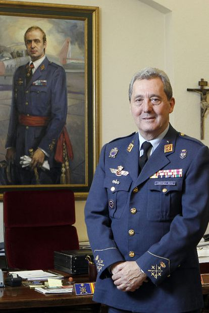 El general José Jiménez Ruiz, en su despacho del Estado Mayor del Ejército del Aire.