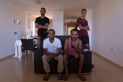 De izquierda a derecha, Ali B., Mohamed B., Abdelrrahan T. y Zakaria G., cuatro argelinos que emigraron a España a lo largo de este año, posan en el piso de acogida donde viven en Murcia.