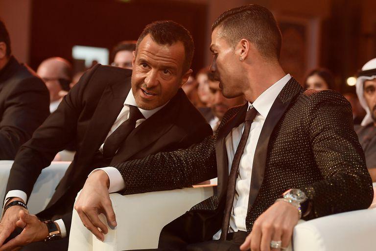 El futbolista Cristiano Ronaldo habla con Jorge Mendes, su representante.
