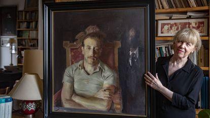 Sonia Garcia, hija del escritor Francisco Garcia Pavon con el retrato de juventud pintado por Antonio Lopez.B. P.