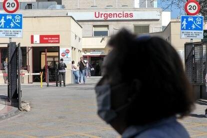 Una mujer con mascarilla, este viernes ante la puerta de Urgencias del Hospital Gregorio Marañón, en Madrid.