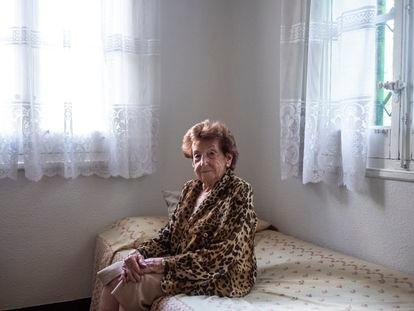 Aurora Aguado, sentada en la cama de una de las habitaciones de su casa en la colonia Eléctrica.
