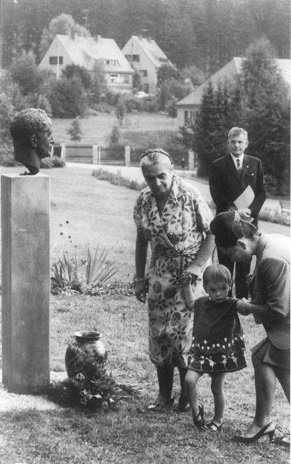 Hilde Benjamin con su nieta Simone y su nuera Ursula Benjamin frente a un busto de Georg Benjamin, alrededor de 1968.