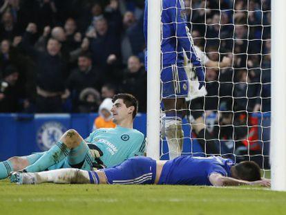 Courtois y Terry, tras encajar un gol.