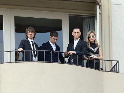 Mick Jagger, sus hijos James y Gabriel y su hija menor Georgia May en el balcón de su hotel, tras despedir a L'Wren Scott.