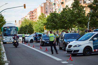 Agentes de los Mossos realizan un control de movilidad en Barcelona.