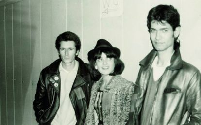 Nacho Canut, Ana Curra and Carlos Berlanga (the three members of Los Pegamoides) in the dressing rooms of the tribute concert to Canito, at Madrid's Escuela de Caminos, February 1980.