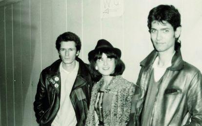 Nacho Canut, Ana Curra y Carlos Berlanga (los tres miembros de Los Pegamoides) en los camerinos del concierto homenaje a Canito, en la madrileña Escuela de Caminos, febrero de 1980.