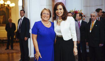 La presidenta electa de Chile, Michelle Bachelet, este lunes con la mandataria argentina, Cristina Fernández