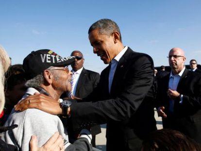 El presidente de EE UU saluda a un veterano a su llegada a Columbus (Ohio).