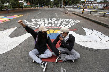 Dos jóvenes se manifiestan durante el paro nacional en el sur de Cali.