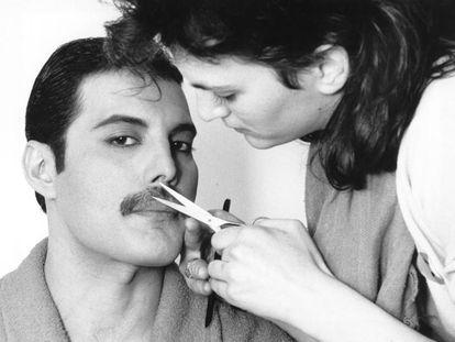 Una mujer arregla en 1982 uno de los míticos bigotes de la historia, el de Freddie Mercury.