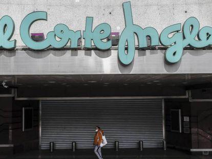 Un centro de El Corte Inglés cerrado durante el confinamiento del año pasado.