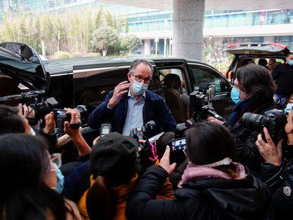 Peter Ben Embarek, miembro del equipo de la OMSque ha investigado en China el origen de la pandemia de covid-19 , llega al Instituto de Virología de Wuhan.