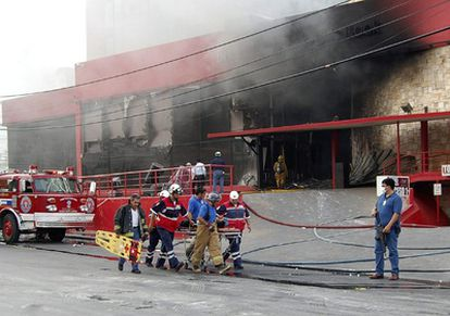 Socorristas trasladan a un herido tras el ataque contra el Casino Royal en Monterrey.
