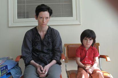 Tilda Swinton y Jasper Newell (Kevin de crío), en un fotograma de 'Tenemos que hablar de Kevin'