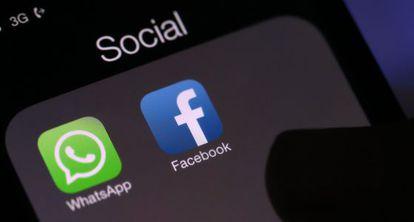 Los iconos de Whatsapp y Facebook en la pantalla de un móvil.