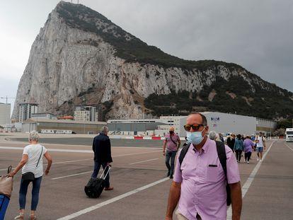 Un grupo de personas sale de Gibraltar cruzando la pista del aeropuerto, el pasado 20 de julio.