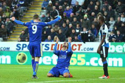 Vardy y Ulloa celebran un gol del Leicester.