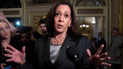Kamala Harris atiende a los medios en el Senado de Estados Unidos.
