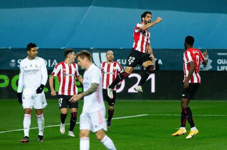 Raúl García celebra su segundo gol ante el Madrid este jueves en La Rosaleda.