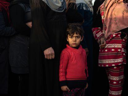 Refugiados sirios aguardan su turno en Arsal para recibir un plato de comida caliente distribuida por una ONG, a principios de febrero.