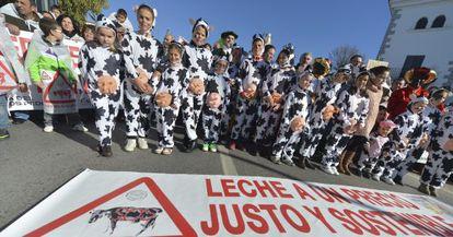 Los ganaderos de Los Pedroches llevaron a sus hijos disfrazados a la protesta de ayer en Alcaracejos (Córdoba) por los bajos precios.