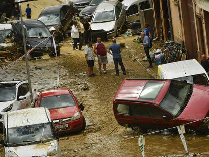 Un grupo de vecinos de Tafalla observa los daños causados por las riadas. En vídeo, las secuencias grabadas por los testigos de las inundaciones.