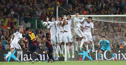 Messi supera la barrera en un lanzamiento de falta.
