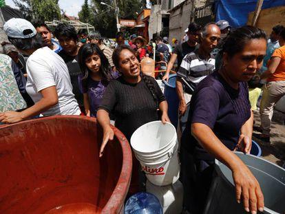 Una mujer hace fila para abastecerse de agua en Xochimilco, al sur de la Ciudad de México.