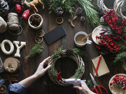 La madera, las velas y el blanco, las estrellas de esta Navidad