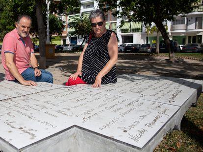 Javier y Conchi Cabello, junto al monumento que recuerda a los fallecidos en el parque de la Memoria de Torre del Mar.