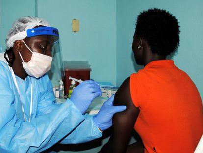 Una mujer recibe la vacuna contra el ébola durante un ensayo en Monrovia, Liberia, en 2015.