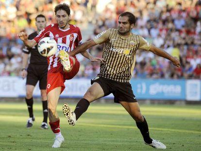 Verza lucha el balón con Gerard Bordas