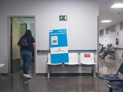 Una mujer en la puerta de la Unidad de Identidad de Género, situada en un sótano del hospital Ramón y Cajal.