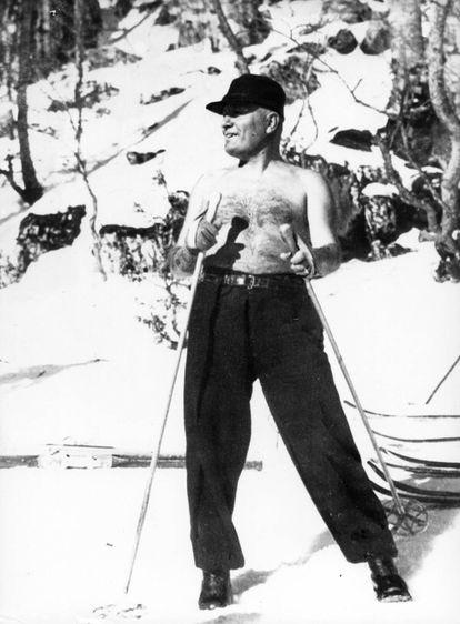 Benito Mussolini, en la nieve.