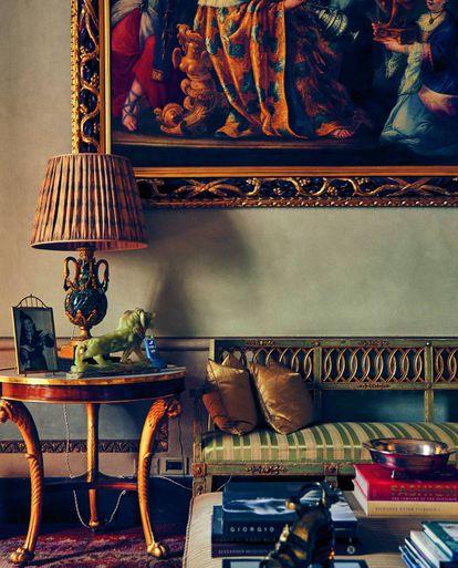 Antigüedades, recuerdos y libros de moda en la sala de invitados.