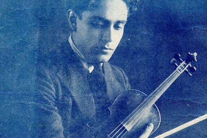Silvestre Revueltas sosteniendo un violín. Chicago, 1920–1921.