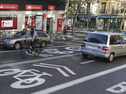 La calle de Alcalá ya luce las señales de ciclocarril entre la M-30 y Ciudad Lineal.