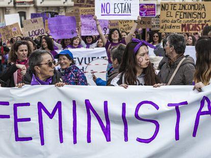 Las mujeres sostienen una pancarta con palabras feministas durante una manifestación por el Día Internacional de la Mujer el 8 de marzo de 2020 en Santander, España.