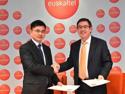 Acuerdo entre el presidente de Euskaltel, Alberto García Erauzkin, y el de ZTE Europa, Xiao Ming,
